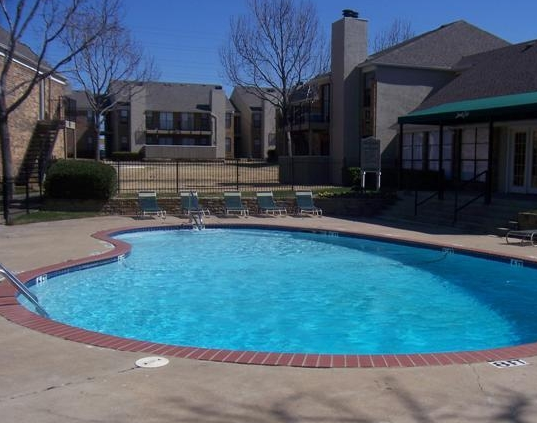 Sparkling Pool at Saddle Creek Apartments