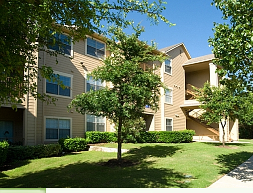 Exterior View of Camden Stoneleigh Apartments